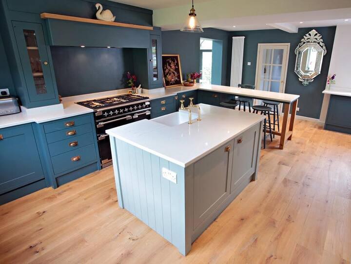Stylishly designed home w/ large sundeck & garden