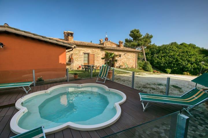 Espaciosa mansión en Sant'Angelo in Vado con piscina