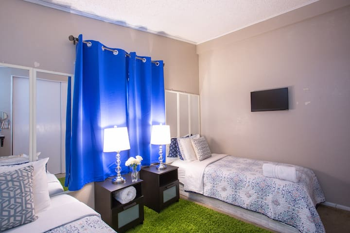 2 SINGLE BEDS +15 MIN TO STRIP+FREE WIFI & PARKING
