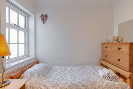 Central Teddington,quiet room, close to amenities.