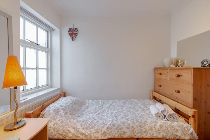 Central Teddington,quiet room, close to amenities.
