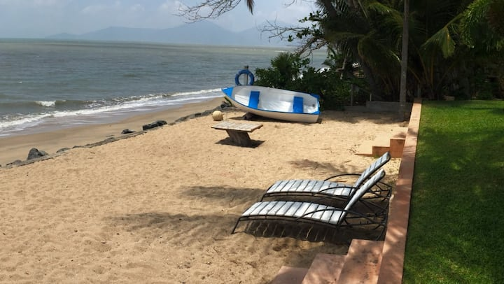 Cairns Beaches Absolute Beach Front  1 Bedroom