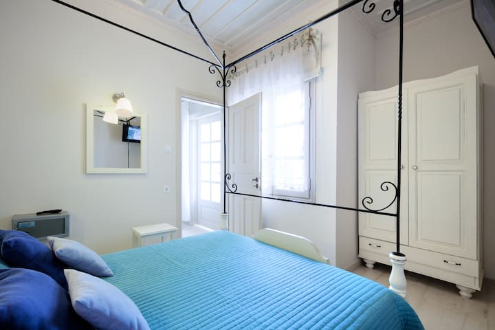 Deluxe renovated apartment few steps fromthe beach