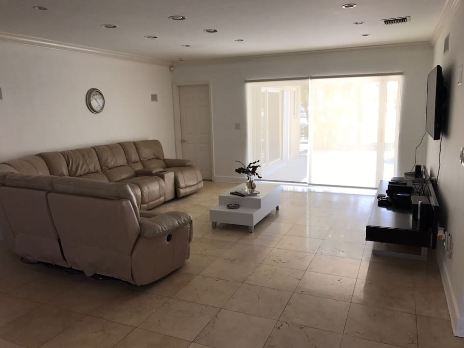 Sala de estar muy amplia y luminosa, sillones cómodos articulados con control remoto.