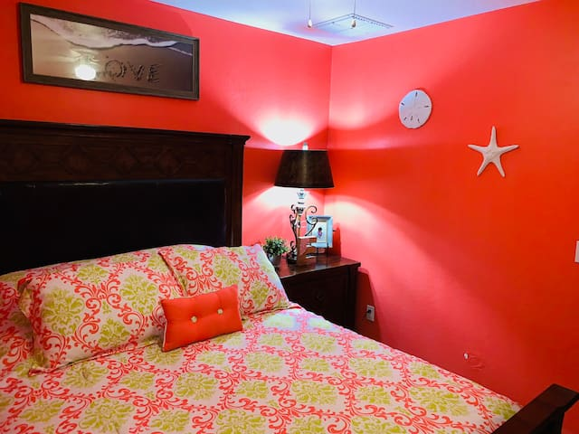 QC -1 Queen Bed-Free WiFi-Community Pool