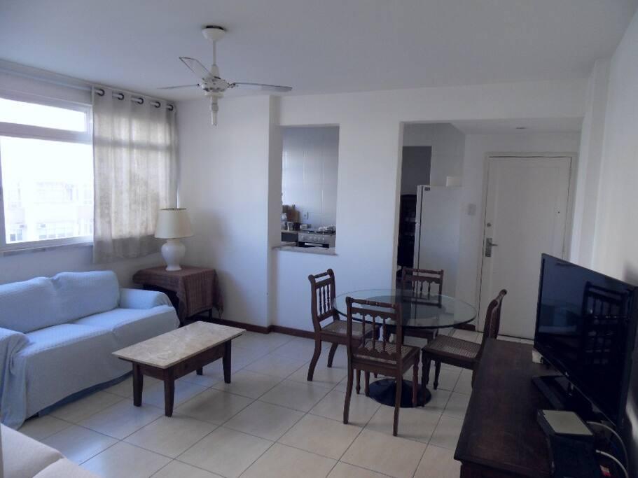 Sala de estar de tv e de jantar em 1 só ambiente e integrado a cozinha