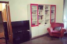 Il salotto è dotato di una televisione, una poltrona, un ventilatore e un tavolo con 4 sedie per pranzare e cenare.
