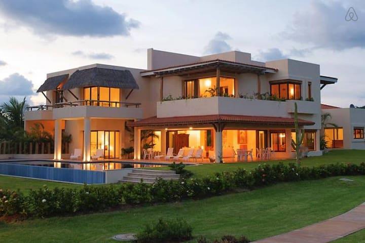 Stunning Villa, private pool, community gated