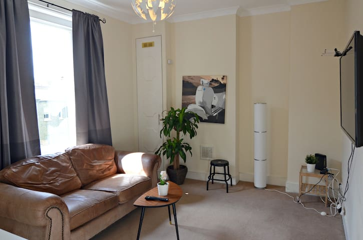 RECONDITIONED 2 Bedroom Apartment in NOTTING HILL