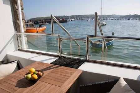 Harbourside.....a spacious apartment by the sea
