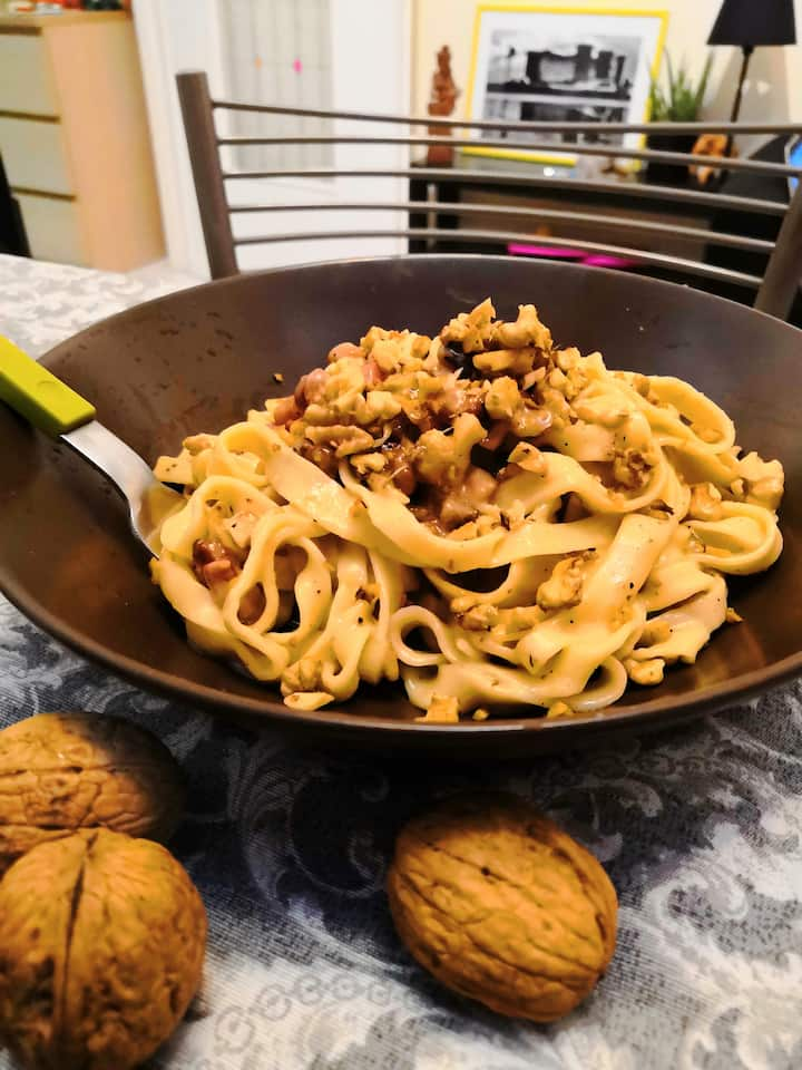 Linguine with nuts and cheese