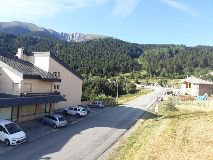 Appartement en bois vu sur la montagne