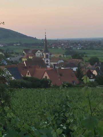 Un village fleurie aux milles sentiers vous offrant des paysages à vous couper le souffle.