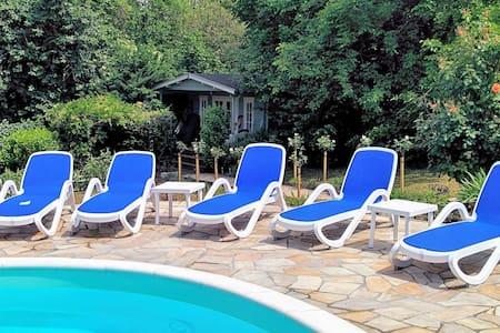 Comfortabel chalet met zwembad, sauna en wifi.