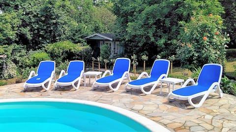 Komfortables Chalet mit Pool, Sauna und WLAN.