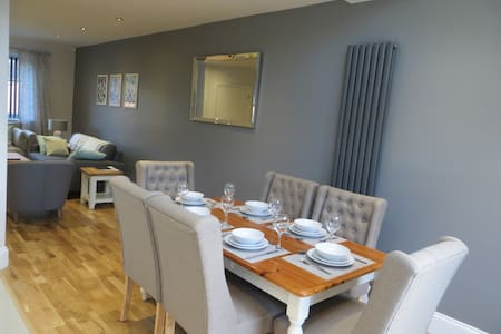 Stunning house in Leeds, sleeps 8, Airport - Horsforth