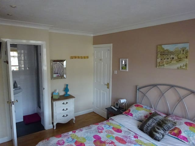 Double bedroom with en suite, Camberley, Surrey - Frimley Green