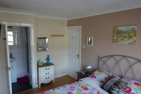 Double bedroom with en suite, Camberley, Surrey - Frimley Green - Rumah