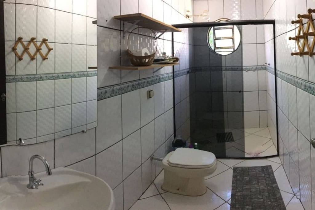 Banheiro amplo e arejado, que facilita a locomoção.