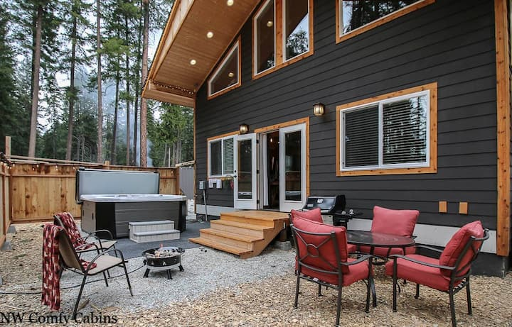 15  minutes to Leavenworth and Stevens Pass, Hot Tub, Fido OK & more- Compass Cabin-2 Bedroom, 2 Bathroom