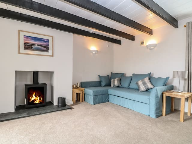 COSY COTTAGE, pet friendly, with a garden in St Austell, Ref 973599