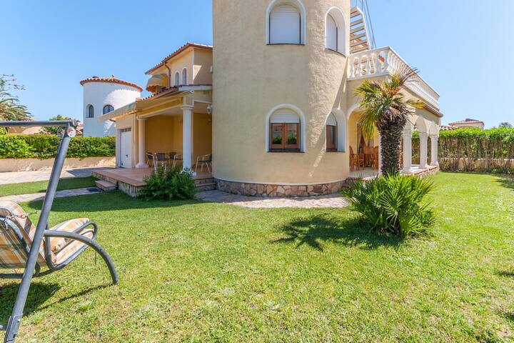 Holiday house with garden at only 300 m. from the beach in Sant Pere Pescador.