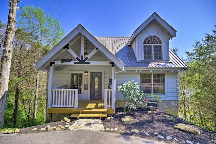 NEW! Cabin w/Deck+Hot Tub in Heart of Pigeon Forge