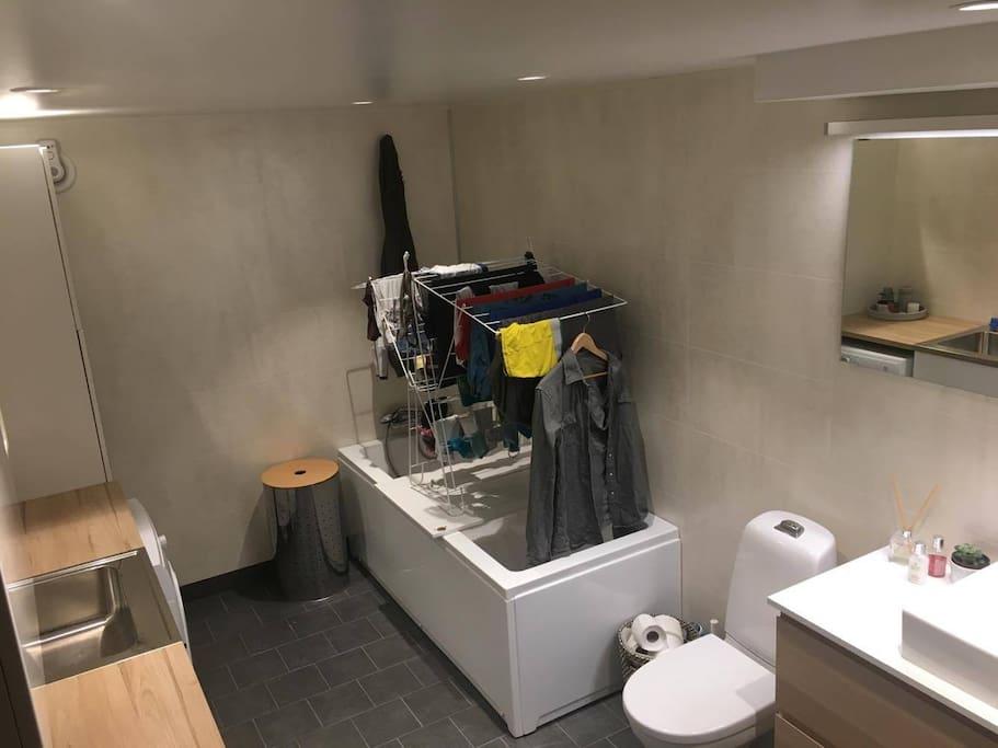 Bathroom w/washer and dryer