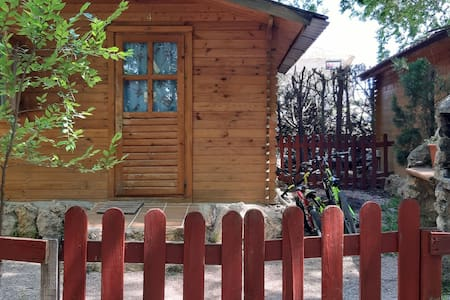 Cabaña de madera situada en camping.
