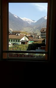 Cozy bedroom mountain view 舒适山景房 - Villeneuve - Casa