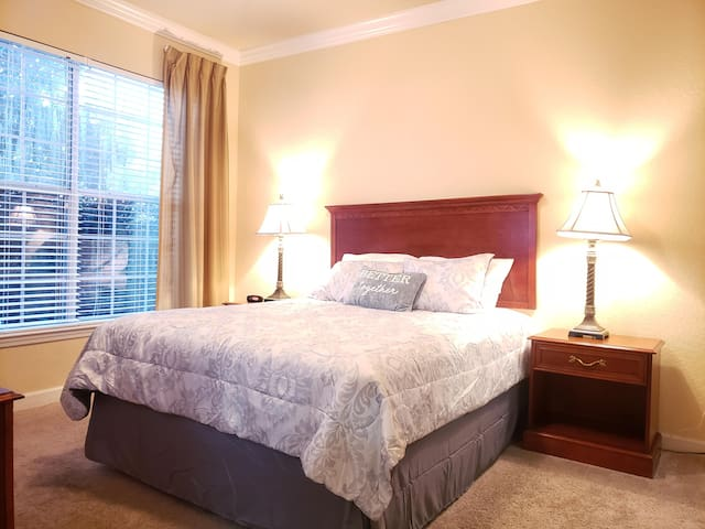 2/2 Queen bed Condo w Pool/Jacuzzi Mins from Parks