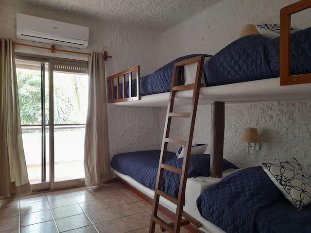 Habitación 3 con dos literas, ideal para jóvenes y niños.