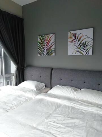 1 Queen  + 1 Single Bed