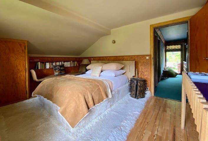 Master bedroom toute douce avec son large tapis en agneau. Orienté plein sud avec petit balcon et vue sur les pistes de l'espace diamant (sans aucun vis à vis)