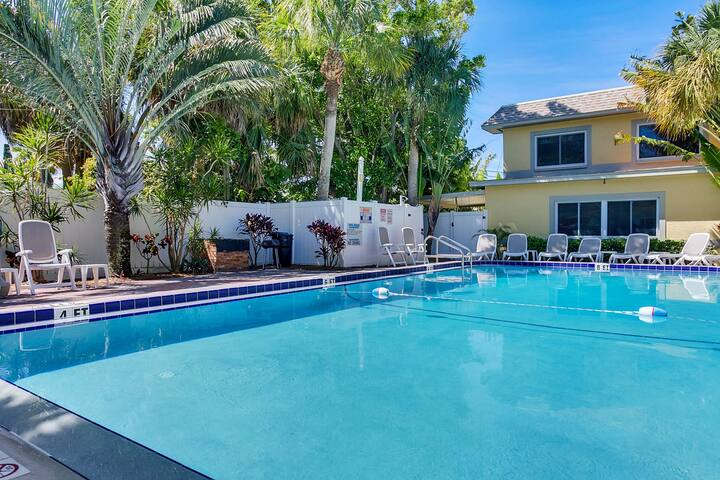 Condo w/ Pool – Walk to Gulf Beach - St Pete Beach - Condominium