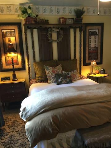 Shamrock Historic Inn - New England Room
