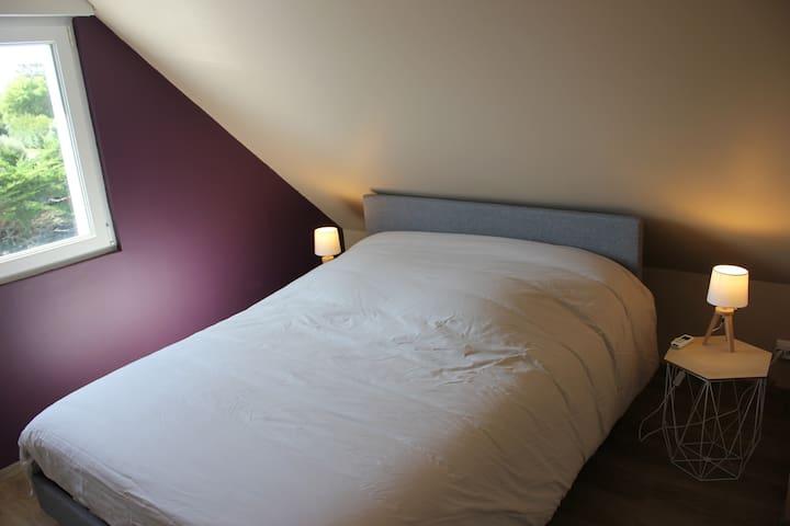 Chambre à l'étage avec grand lit 140 x 190 avec rangements