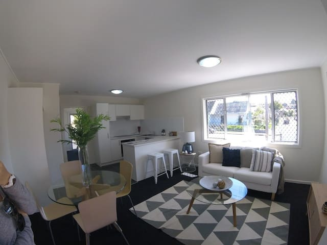 Brand new sunny BEACH unit! Modern as they come - Merewether - Appartement