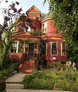 Award-winning Victorian in Union Square - Room 1 - Somerville