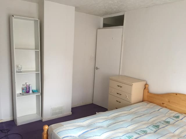 simple double room near Bournville station - Birmingham - Bed & Breakfast