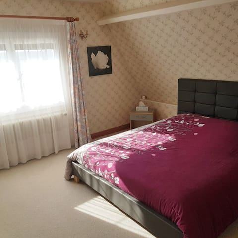 Chambre Privée grand lit dans quartier résidentiel
