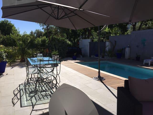 Villa avec piscine à quelques minutes du centre