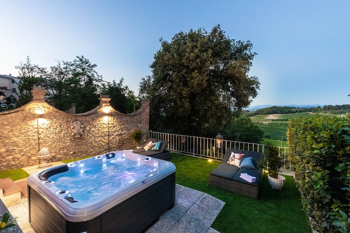 VILLA CHIANTI, your Secret 4 Bedrooms Retreat with View over the Vineyards in Marcialla