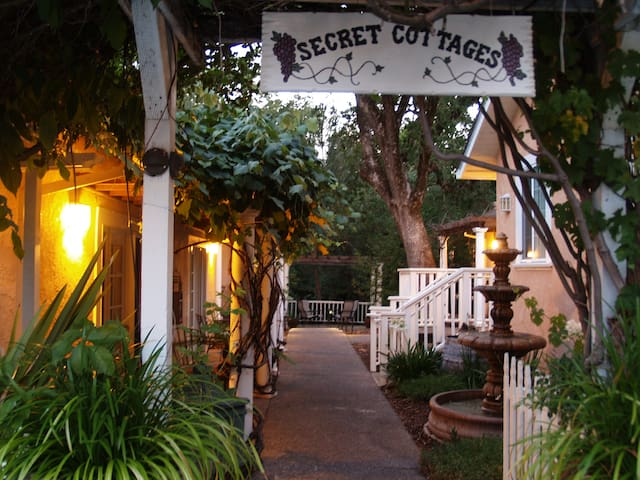Glen Ellen Inn - Grill, Bar, and Secret Cottages - Glen Ellen