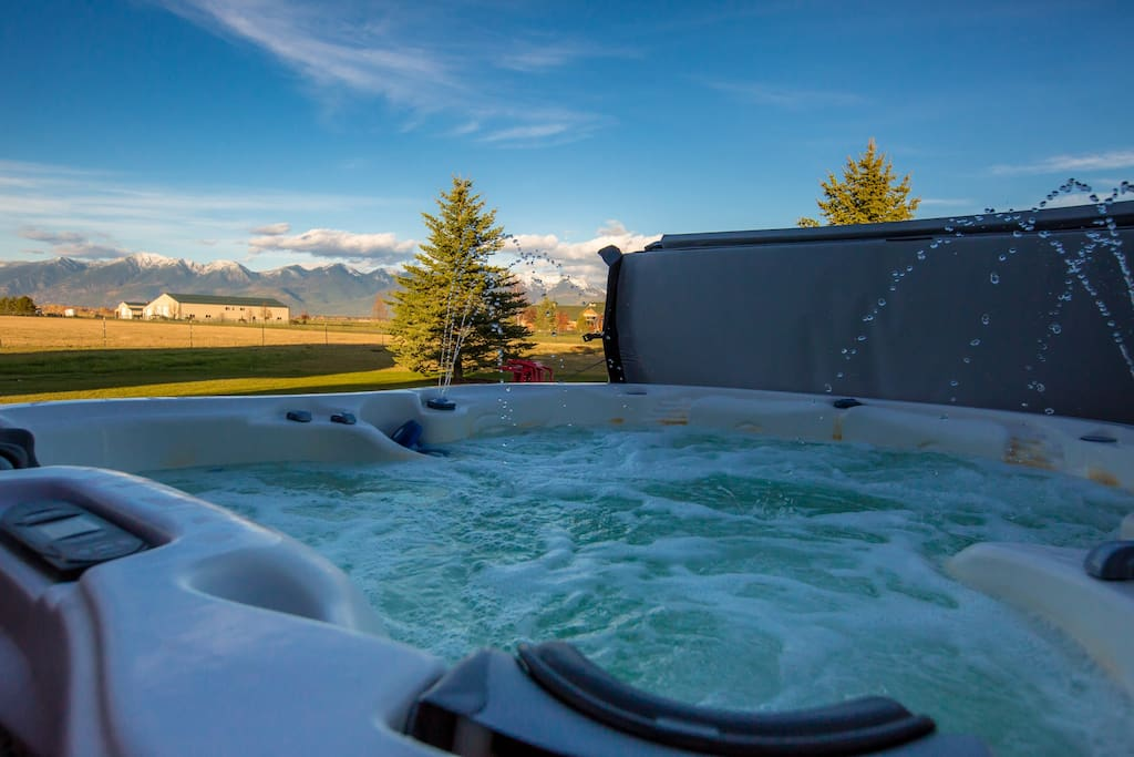 Luxurious Hot Tub, Seats 7-8. LED lights, jets, fountain and waterfall