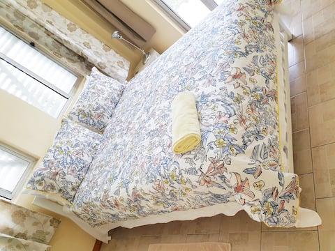 Master bdrm Queen bed. Sleeps 2.Great view & Quiet