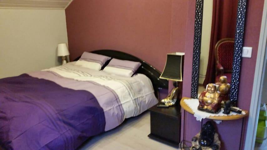 Chambre chaleureuse dans maison avec SDB privée