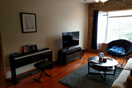 Spacious private room and bath in Humboldt Park - Chicago - Apartment