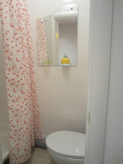 Светлая, миниатюрная, чистая ванная комната