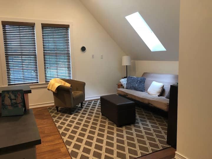 Spacious, light-filled & private loft apt
